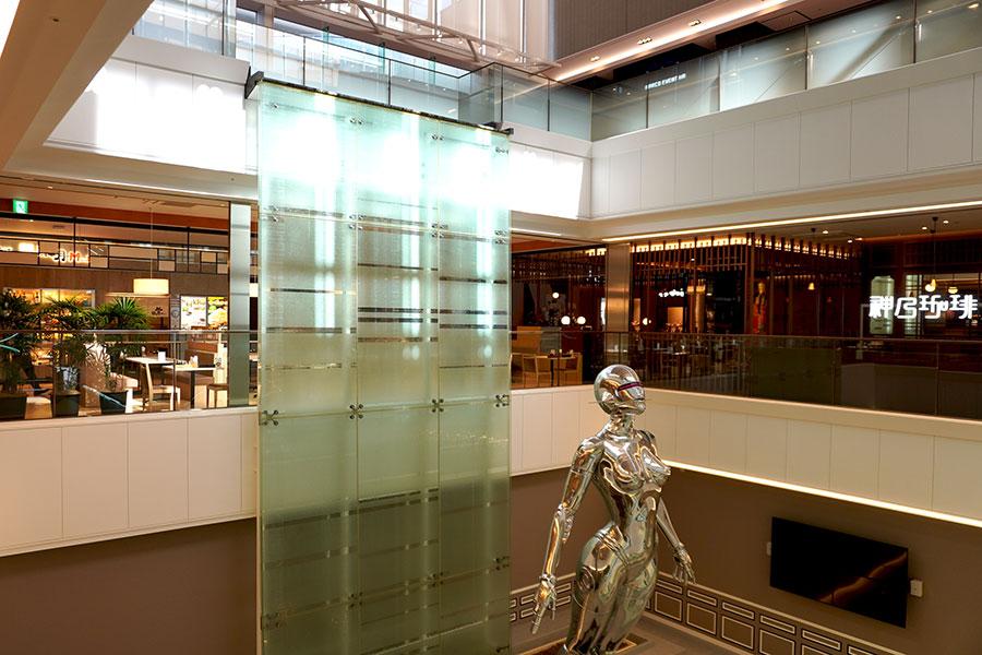 吹き抜けで開放的な空間となっている、13階レストランフロアの「御堂筋ダイニング」