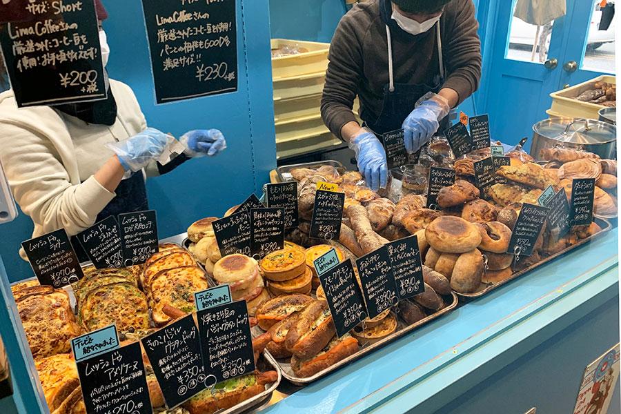 ギュギュギュッと、所狭しと並ぶパン。毎日30~40種類