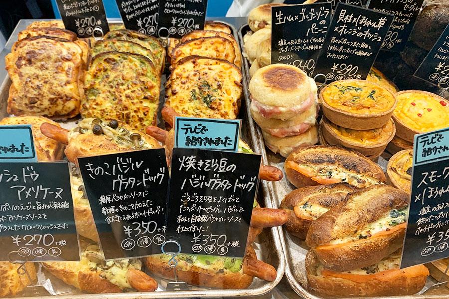 「ムッシュ ドゥ アメリケーヌ」270円は、米粉の湯種で作る多加水の食パンの8枚切りを2枚使用。中にはロースハムとベシャメルソース、上部にはぷりぷりのエビも入ったアメリケーヌソースと3種のチーズ(モッツァレラ、エダム、ゴーダ)をトッピング