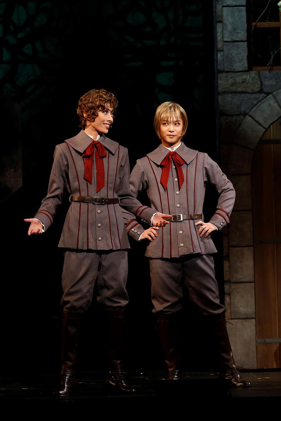 原作漫画そのものの制服衣装を着こなす、エドガー役の明日海(左)とアラン役の千葉。撮影:岸隆子(Studio Elenish)