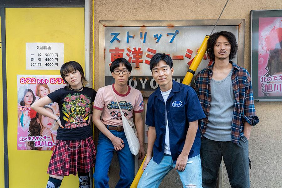 ストリップ劇場での前座に挑戦する、チームKGBのメンバー (C)木下半太・小学館/タッチアップエンターテインメント
