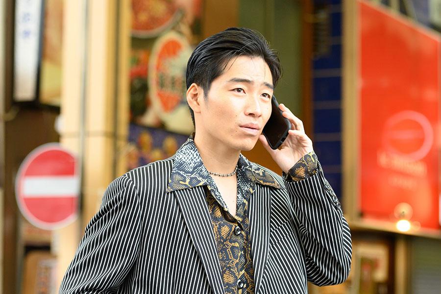 前座では、ヤクザ役を演じる主役の木下勇太(後藤淳平)(C)木下半太・小学館/タッチアップエンターテインメント