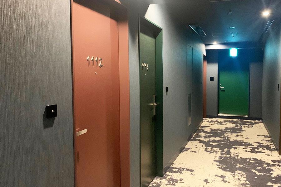 客室のドアの色は3色。深海や珊瑚、海藻をイメージ