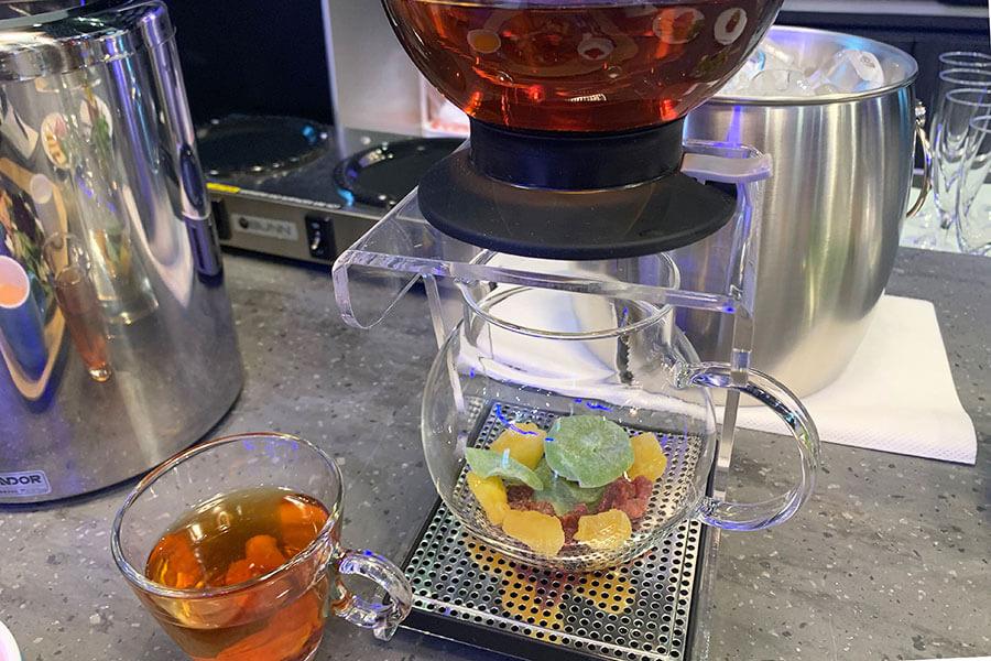 神戸の紅茶専門店「ラクシュミー」の茶葉を使用したドライフルーツティー。800円(宿泊客は無料)