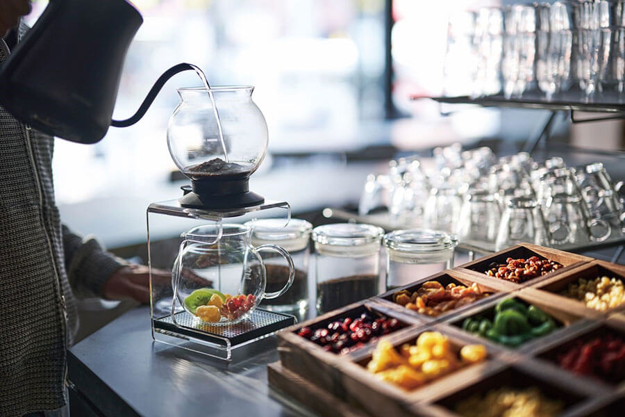茶葉を3種類から選んで、お湯を注ぎ、ドライフルーツとともに楽しむ「ティードリップ」(宿泊者は無料)