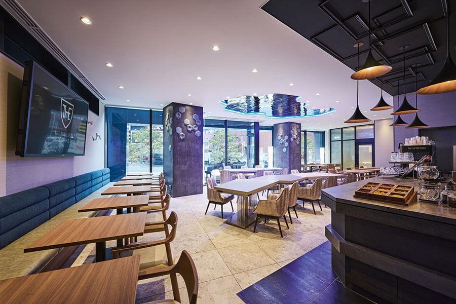テラス席も備えた1階のキャンバスラウンジ。朝食はこちらで提供