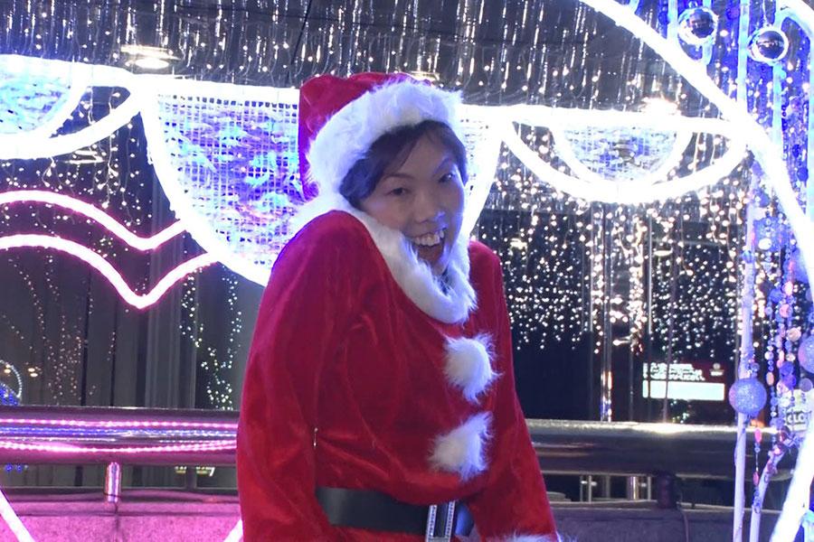 サンタ姿で美脚をあらわにする11月・12月担当のたかおみゆき(写真提供:MBS)