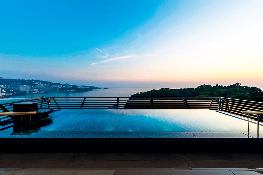 写真は、和歌山「紀州・白浜温泉むさし」の展望露天風呂「天空」