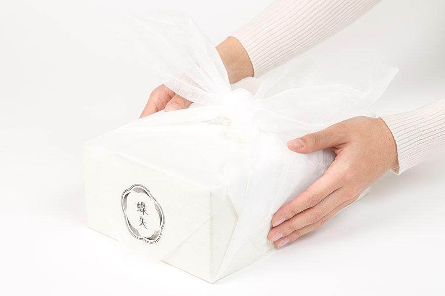 「ギフト蝶矢梅キット」は、オリジナル風呂敷で包装される。価格はMサイズ(3杯分)2200円~とLサイズ(6杯分)3200円~。価格はいずれも送料・税別