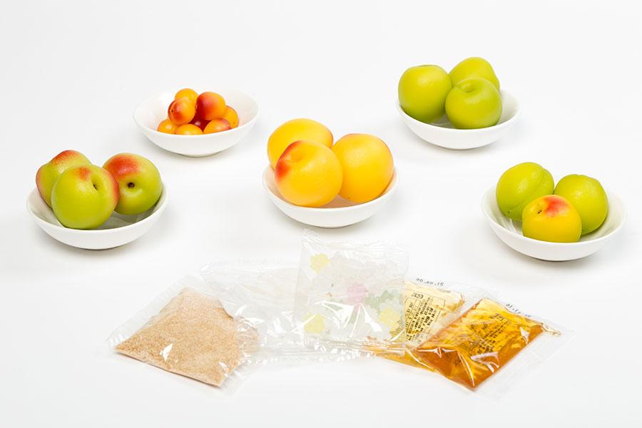 キット内容は、梅・砂糖を各5種の中から1種チョイス。梅は完熟南高、白加賀、鶯宿、有機南高、 パープルクイーン、砂糖は氷砂糖、 てんさい糖、こんぺい糖、 有機アガベシロップ、 はちみつ。ボトル付き
