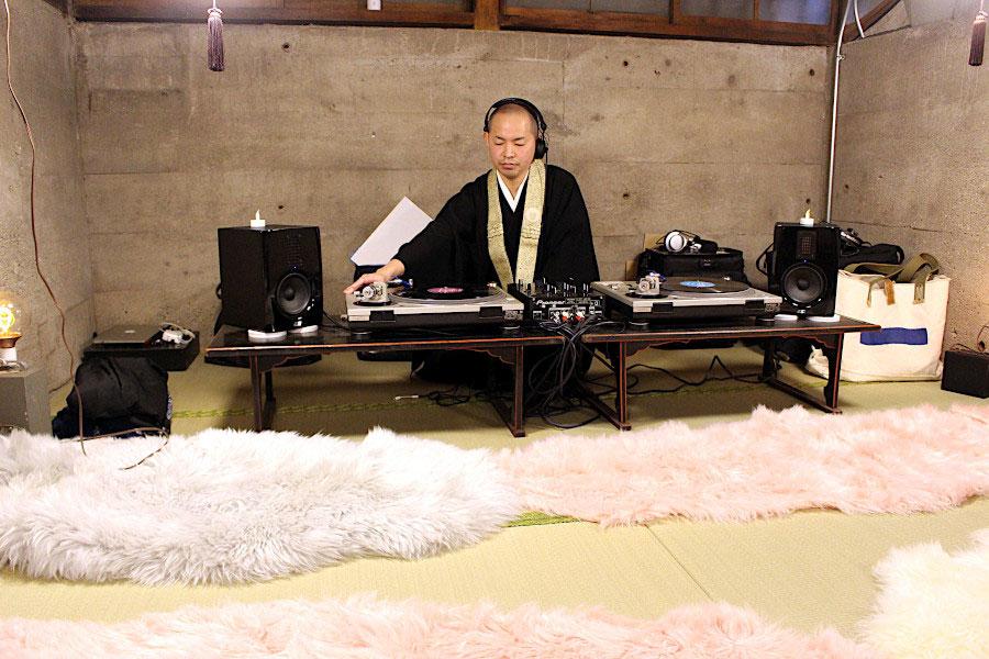 DJ、僧侶、主夫の顔を持つ武田さん。DJ歴20年以上でファンが多いも今回のインスタライブでもプレイを披露する