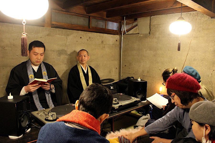2020年2月に開催されたイベントの様子。ゲストに武田さんの友人で、仏教音楽を専門とする藤末さん(同じくお坊さんDJ)がお経に節を付けて唱える「声明(しょうみょう)」を披露