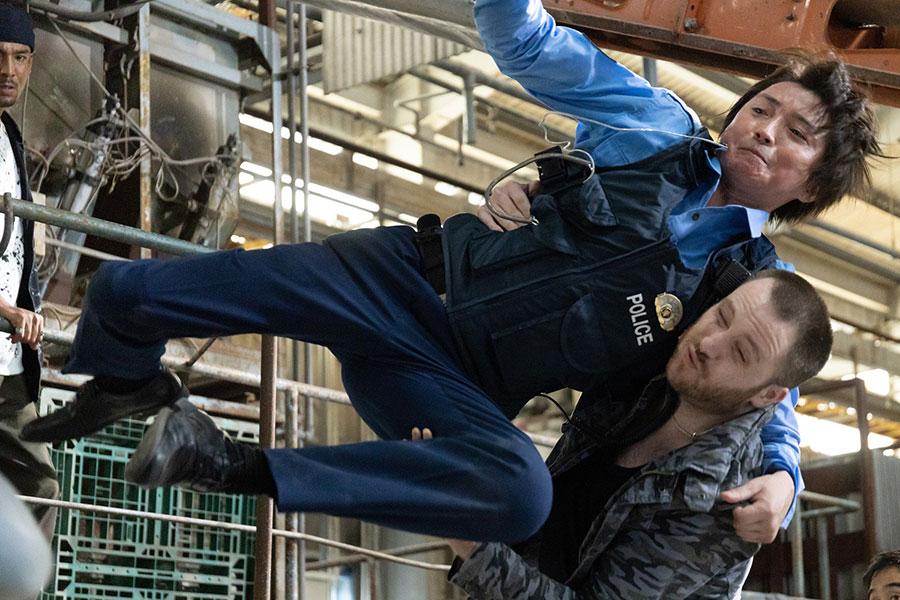 嶋田隆平を演じる藤原竜也、5話では迫力あるアクションシーンが披露される (c)ktv