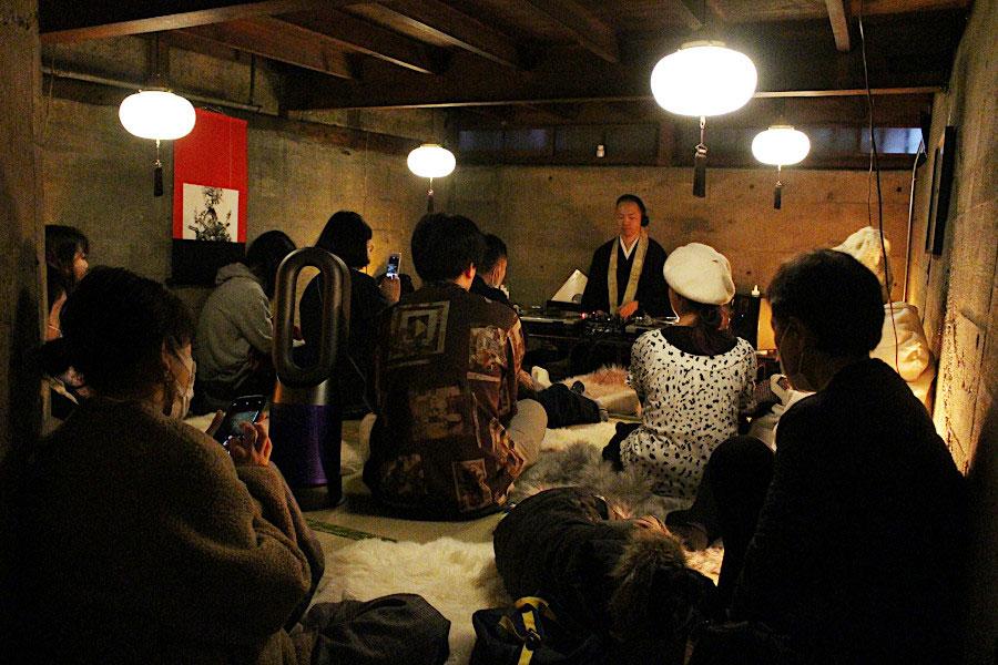 2020年2月24日の仏下の日に、築100年以上の元置屋を改装した喫茶店「ROKKAN ROOM(ロッカン ルーム)」の防空壕内開催された第1回イベントの時の様子。本格的なクラブミュージックもあれば、『奈良県民音頭』など笑いを誘う音楽も流れる。あえて子ども向けにしなかったのは、子どもは楽しめても、親が自分の時間として心から楽しめないという理由から