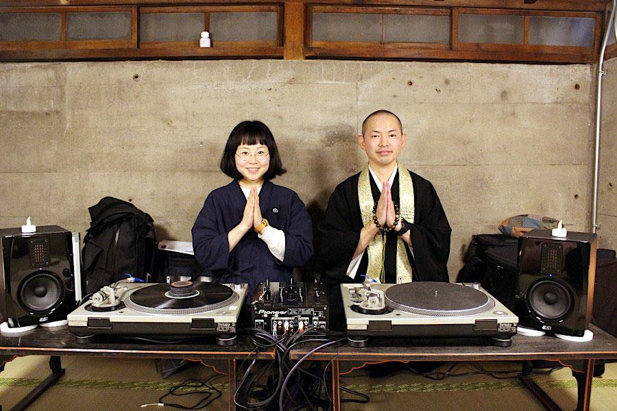 『仏下(ぶつした)邪鬼ソックス』のデザイナー、マシュロバさん(左)と家族で楽しめるクラブイベントを企画するお坊さんDJの武田慶之さん(右)の仏縁ユニット