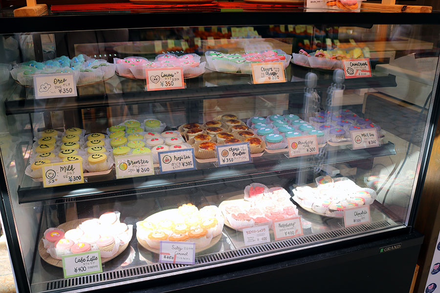 店頭には、常時15種類ほどのトゥンカロンが並ぶ。人気上位の3つとクリームチーズ、イチゴオレ、抹茶は毎日店頭に