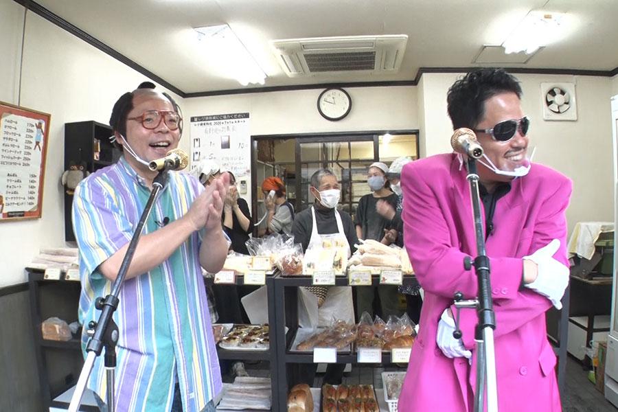 左から、ユースケ扮する岸大介と、津田扮する鈴木雅之(写真提供:MBS)