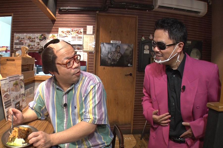 左から、ユースケ扮する岸大介、津田扮する鈴木雅之(写真提供:MBS)
