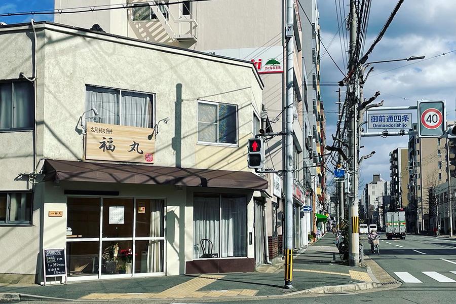 阪急西院駅から四条通を東へ、交差点の北東角に店がある