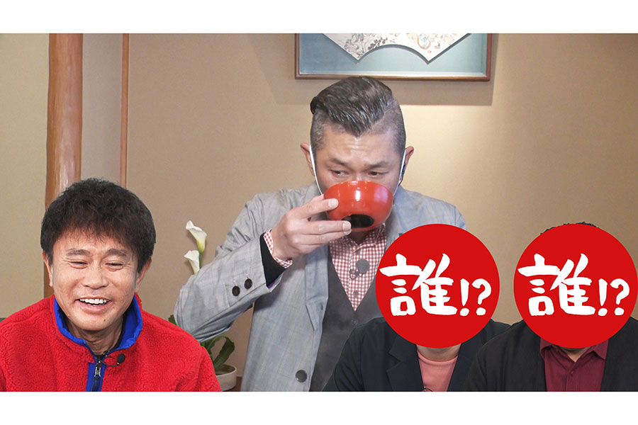「うどんすき」をリポートする笑い飯・哲夫(写真提供:MBS)