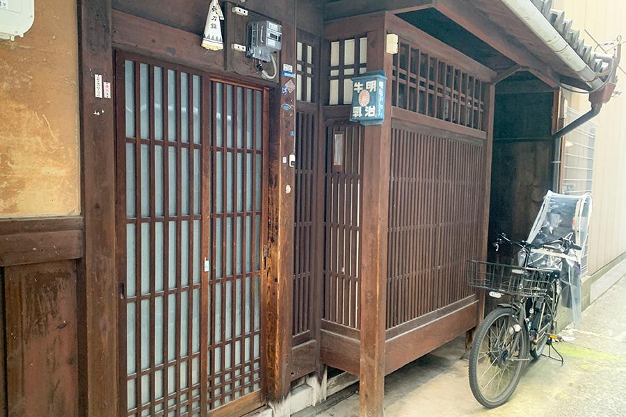 阪急烏丸駅や地下鉄四条駅から徒歩4分の好立地。京都の街の真ん中ながら路地にあり、静かで落ち着ける