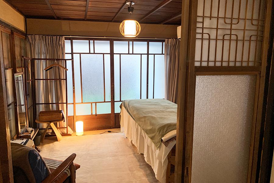 施術は路地の町家でおこなわれ、京都らしさに触れられる