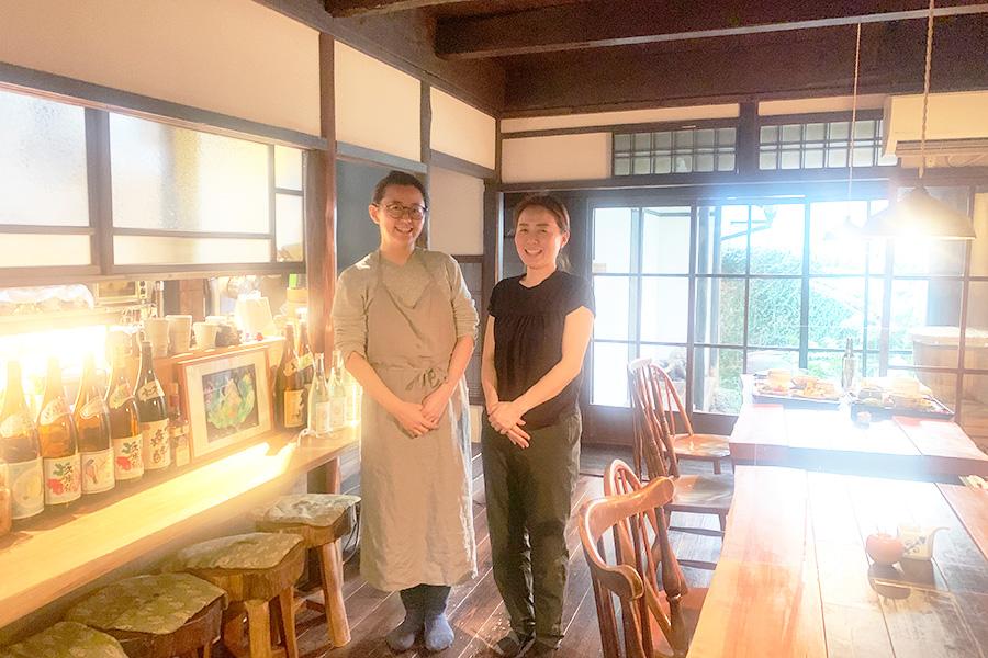 左から「菜食 hale」の店主、近藤千晴さんと、近藤さんと20年来の友人である「hale ie」のセラピスト、あじちあいさん