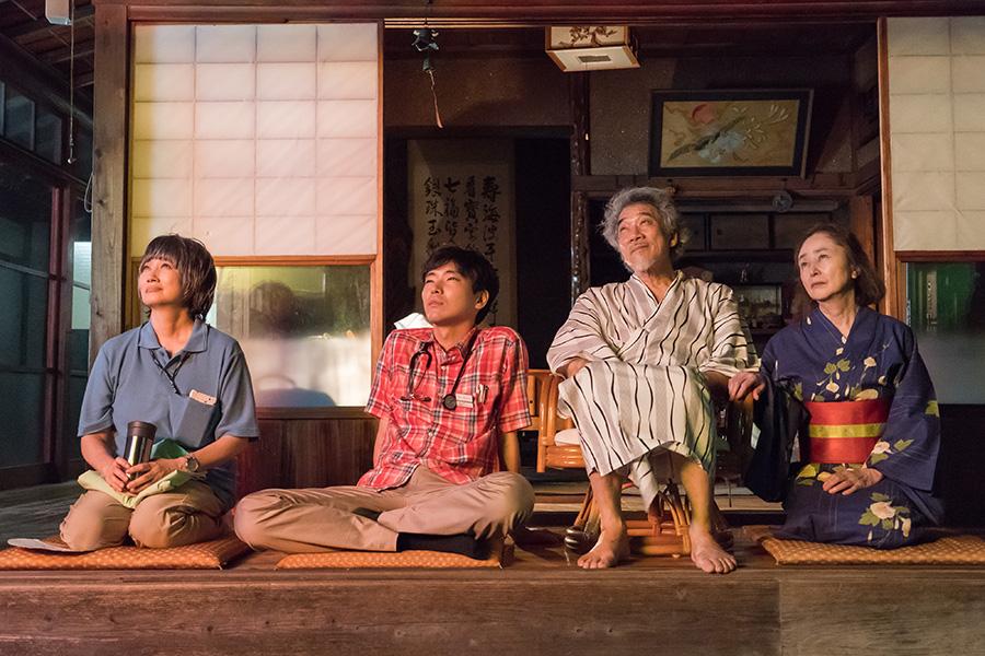左から余貴美子、柄本佑、宇崎竜童、大谷直子。(C)「痛くない死に方」製作委員会
