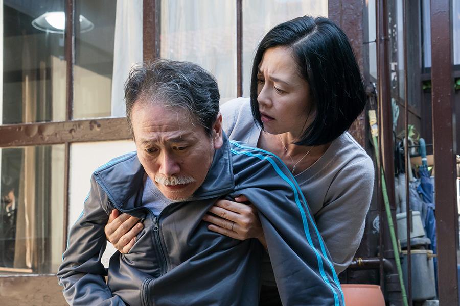 数々の映画やドラマに出演してきた下元史朗、余命わずかの患者を演じる。「痛くない死に方」製作委員会