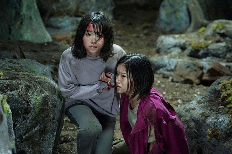 天沢響を演じる山田杏奈(左)と、その姉・鳴役の山口まゆ (C)2021「樹海村」製作委員会