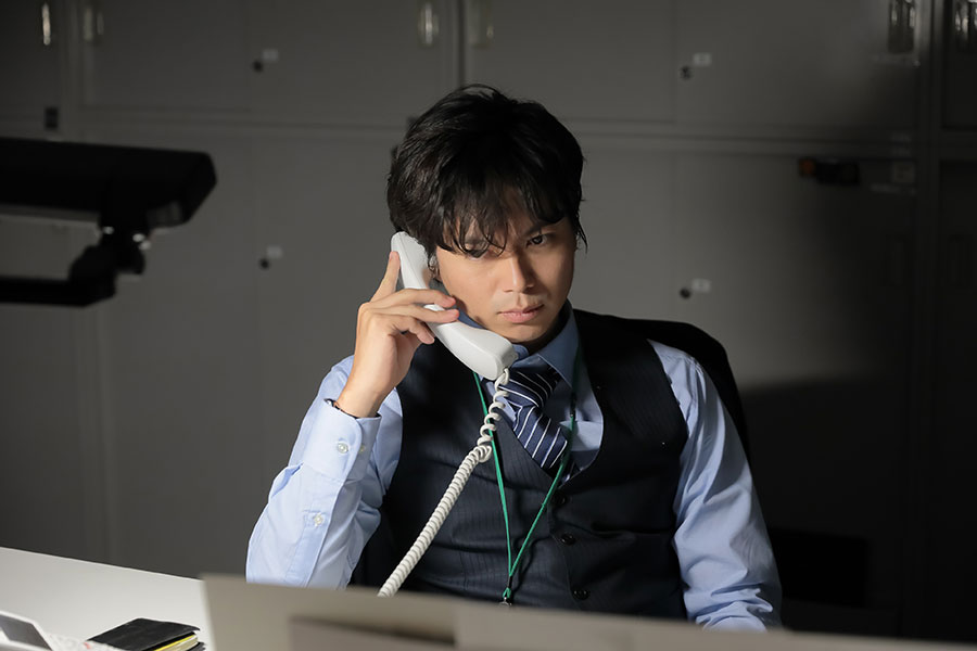 『六畳間のピアノマン』初回主役は、パワハラが常態化する求人広告会社で働く村沢憲治(加藤シゲアキ)(C)NHK