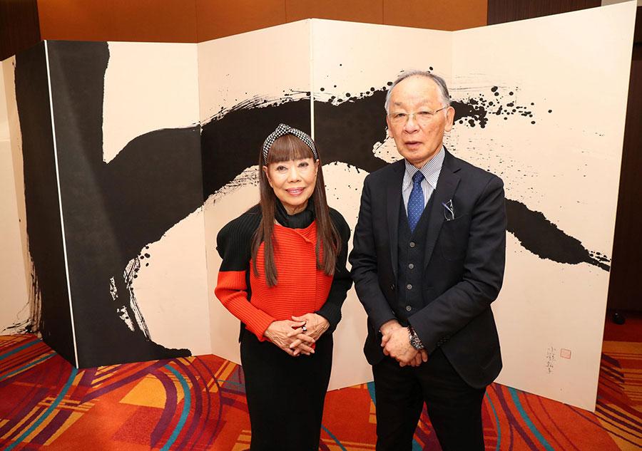 会見にて、ファッションデザイナーのコシノヒロコ(左)と兵庫県立美術館の蓑豊館長