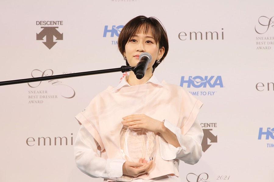 『スニーカーベストドレッサー賞 2021』表彰式に出席した前田敦子(22日・東京都内)