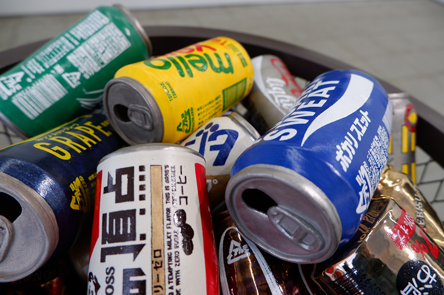 捨てられた空き缶、束ねた古雑誌…リアルすぎる陶芸作品に驚き