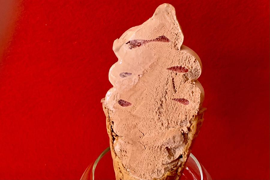 「ワッフルコーン ミスターチーズケーキ カカオラズベリー」の断面はこんな感じ