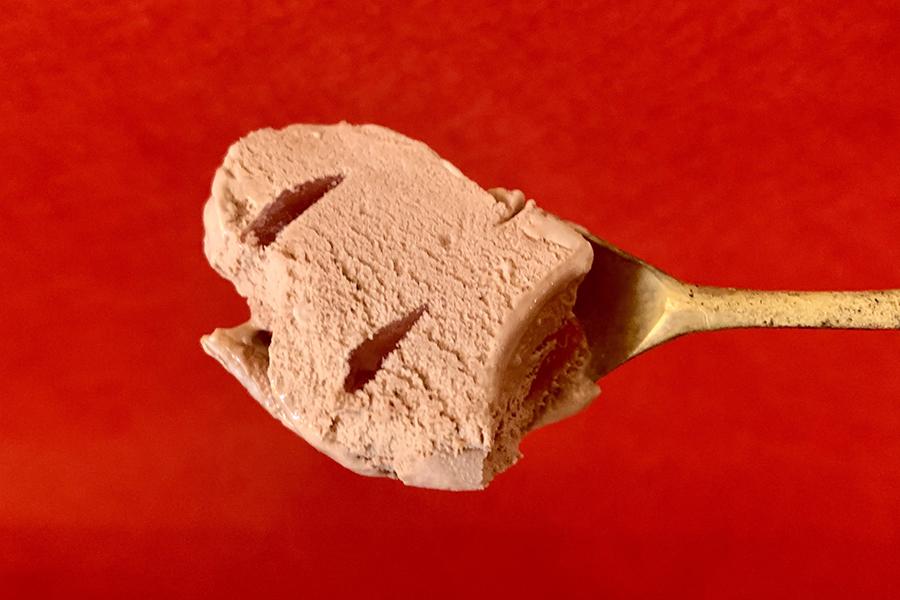 「ワッフルコーン ミスターチーズケーキ カカオラズベリー」のアイスはとてもなめらかな口当たり