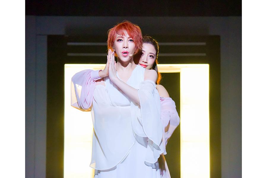 元花組トップ娘役・仙名彩世と美弥るりかによる、息の合ったパフォーマンス。撮影:河上良