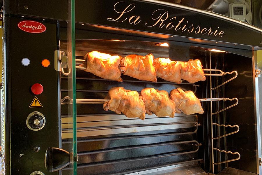 フランスから直輸入したロティマシーン。これで丸鶏をローストしていく。1羽(6人分程度)4380円、半羽2480円(以上税別)