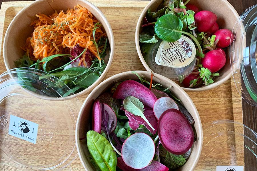 左から「キャロットラペ」、「ミックスサラダ」、「ラディッシュ&バター&兵庫の塩」、各700円(税別)。全て神戸市西区から届く有機野菜。チキンの付け合わせに