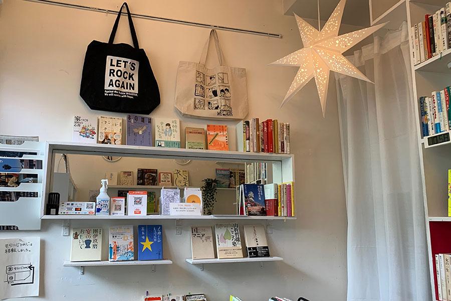 古書が並ぶ店内は、もともとが雑貨ショップだったそう。フランス語のラジオ放送が流れていて、イメージは「カルチェラタンにあるような本屋さん」