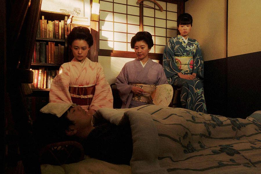 一平の看病をする(左から)千代(杉咲花)、シズ(篠原涼子)、みつえ(東野絢香)(C)NHK