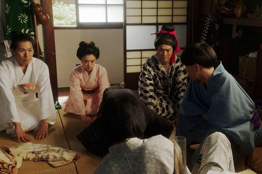 千之助にあるお願いをする(左から)徳利(大塚宣幸)、千代(杉咲花)、天晴(渋谷天笑)(C)NHK
