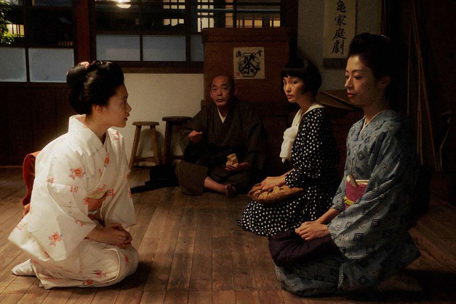 新劇団・稽古場にて、ルリ子(明日海りお)からあることを言われる千代(杉咲花)(C)NHK
