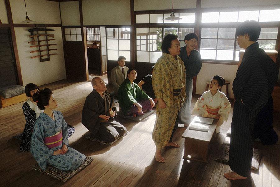 新劇団・稽古場にて、一平(成田凌)と話しをする千之助(星田英利)(C)NHK