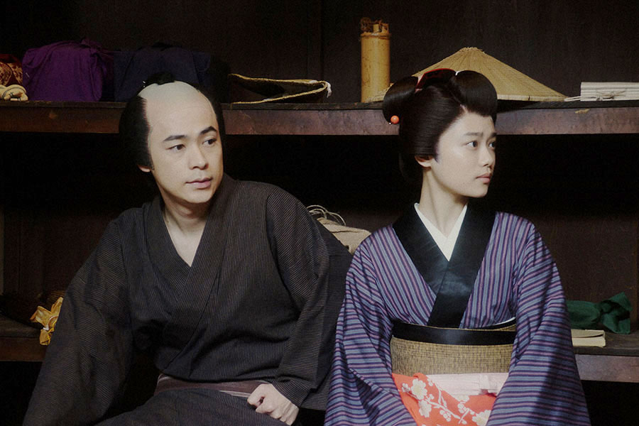 出番を待つ千代(杉咲花)と一平(成田凌)(C)NHK