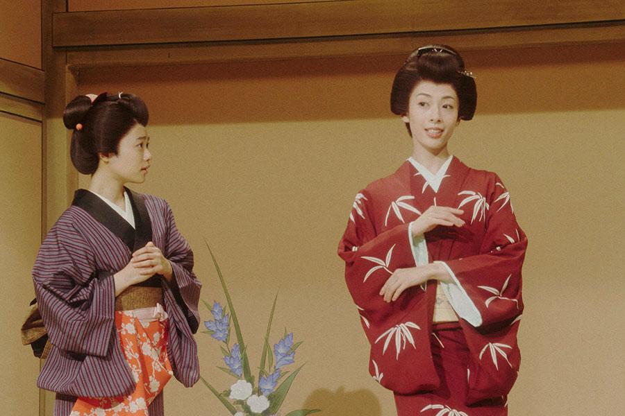 芝居をする千代(杉咲花)とルリ子(明日海りお)(C)NHK