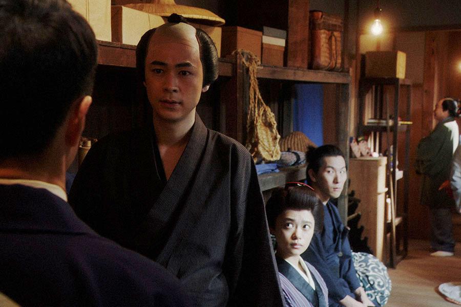 えびす座・前室にて、熊田(西川忠志)からあることを言われる一平(成田凌)(C)NHK