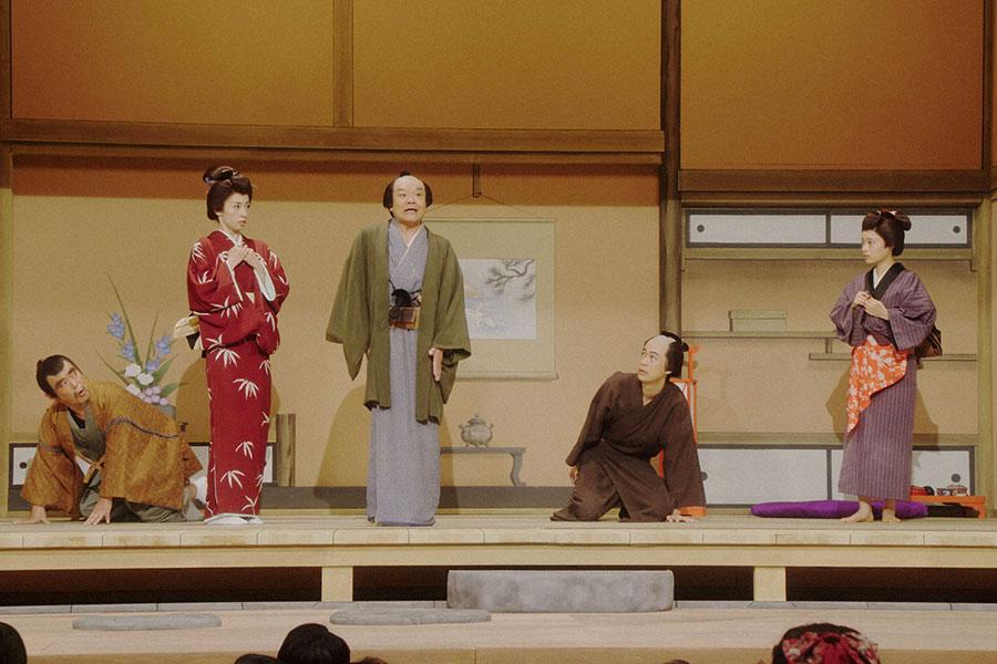 舞台に立つ一同。左から、正憲(曽我廼家寛太郎)、ルリ子(明日海りお)、千之助(星田英利)、一平(成田凌)、千代(杉咲花)(C)NHK