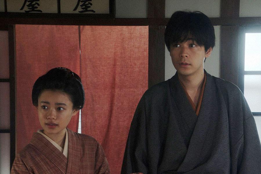 旅館「泉屋」にて、ルリ子(明日海りお)に会いに来た千代(杉咲花)と一平(成田凌)(C)NHK