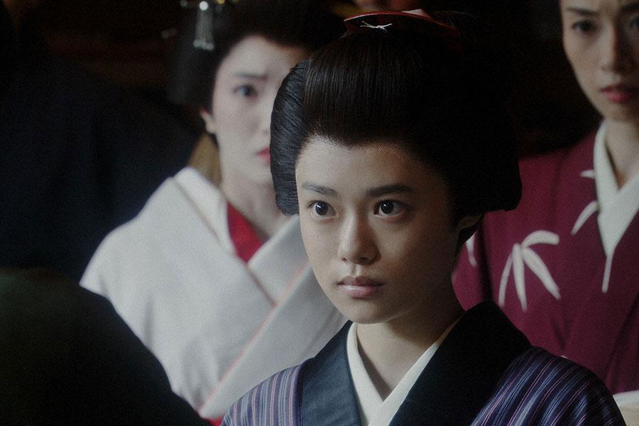 えびす座・前室にて、千之助(星田英利)にあることを言われる千代(杉咲花)(C)NHK